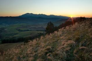 Widok na Tatry z Wysokiego Wierchu o zachodzie słońca
