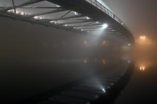 Kładka Bernatka we mgle