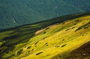 Góry, cienie, słońce, sierpień