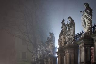 Apostołowie przed kościołem św Piotra i Pawła