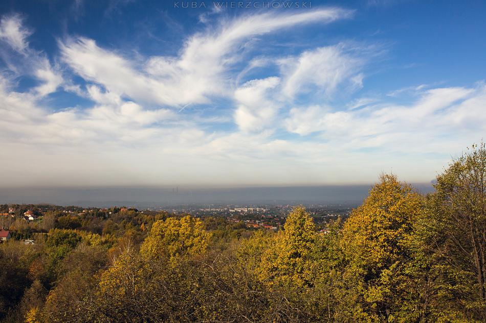 Widok z Chorągwicy na północ. W dole Kraków pod smogiem